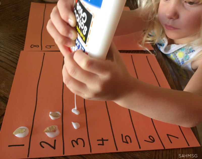 Counting and number recognition activity with pumpkin seeds for preschool. There is even an adaptation for toddlers. So simple and great for a Pumpkin or Fall theme.