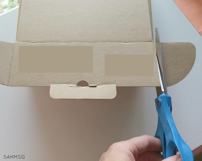 Peek-aboo box DIY toy for babies.