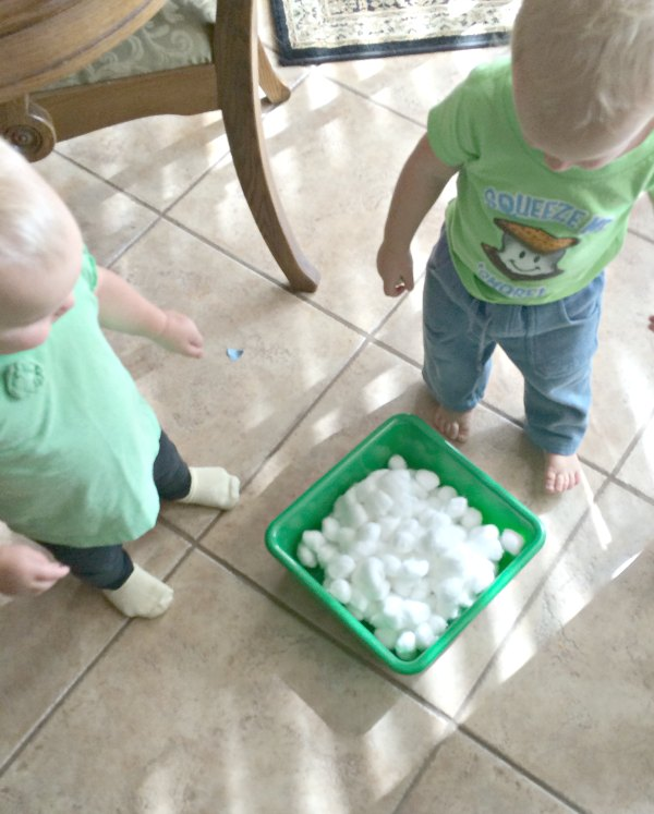 One item activities allow little ones to explore. This cotton ball toddler fine motor activity combines fine motor exploration with sensory and creativity. We made this into an indoor gross motor activity too. So much fun with one supply!