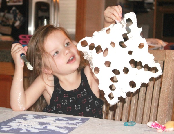 What a fun indoor activity for winter time! Kids can paint foil snowflakes. This simple snowflake foil craft combines cutting, painting and fine motor skills for preschool.