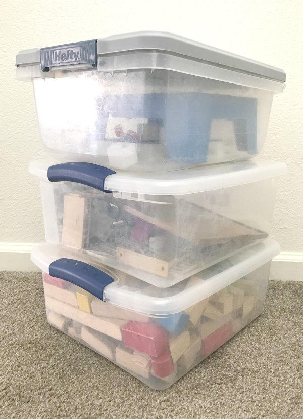 5 tips to stay organized with kids. Kick the clutter solutions for an organized home. These are smart tips!