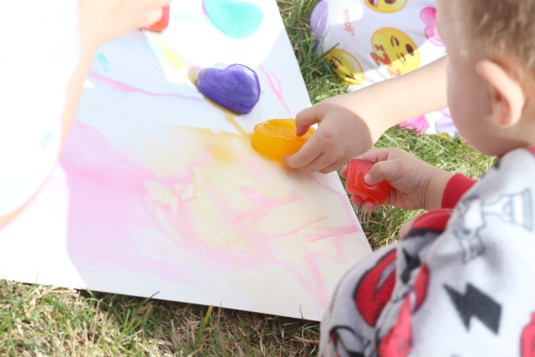 A fun hands-on art and science activity for preschoolers! This is great for fine motor and sensory fun. Rainbow ice painting preschool activity is a lot of science and art plus it uses supplies you have at home already.