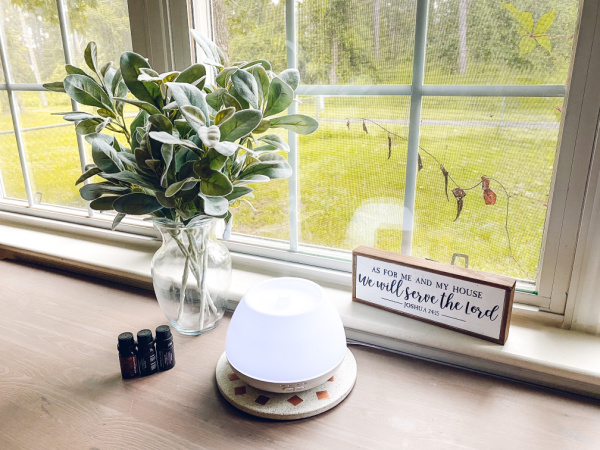 Five main benefits to using a diffuser at home to diffuse essential oils.